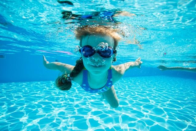 プールに潜る女の子