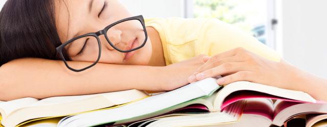 眠くて勉強に集中できないときは、睡眠不足が原因かも