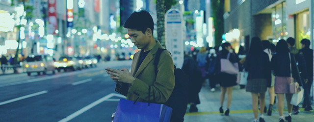 バス停で待っている男性の様子