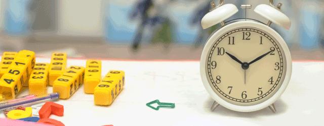 時計と数字のブロックの画像