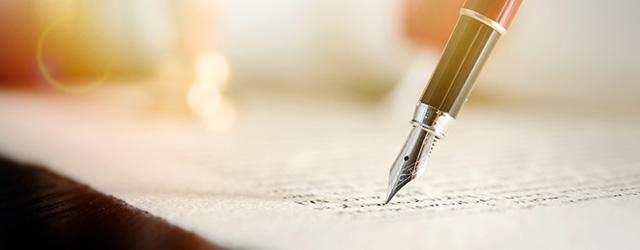 万年筆で手紙を書いている様子