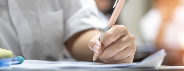 学生が鉛筆を持ってテストを受けている様子